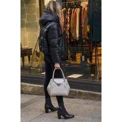 Femme portant un sac Camille Nano Blanc