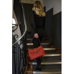 Femme portant un Sac Zoé Rouge