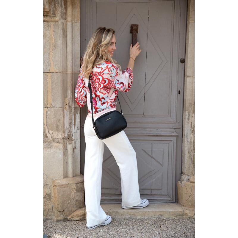 Femme portant le sac cécile en cuir grainé noir