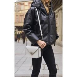 Femme portant un sac Victoire Blanc