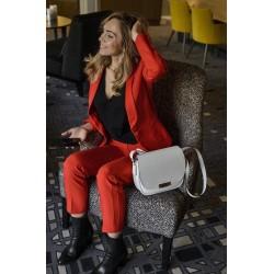 Femme portant un sac Léonie Blanc