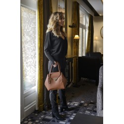 Femme portant un sac camille nano camel