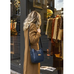 Femme portant un Sac Violette Bleu